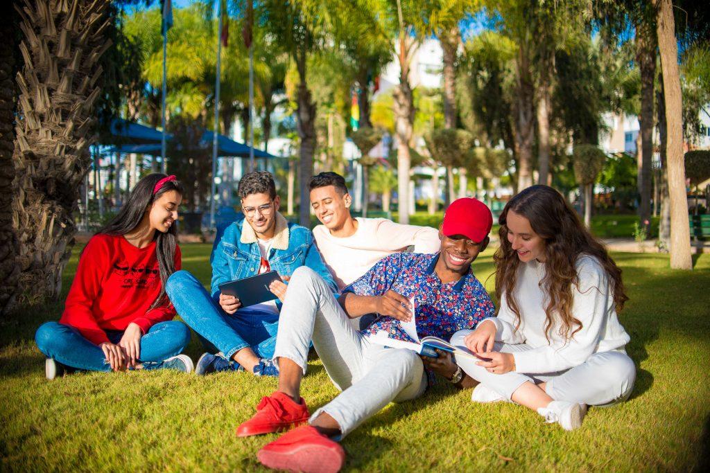 un espace vert de détente au sein du campus d'universiapolis d'Agadir