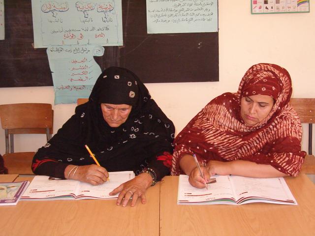 des femmes bénéficiaires de programmes de l'alphabétisation .