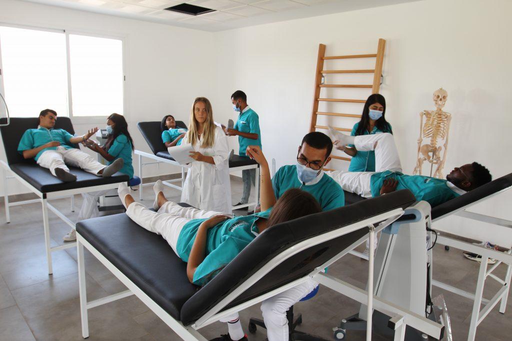 des travaux pratiques de la kinésithérapie au sein de l'Universia'Health.