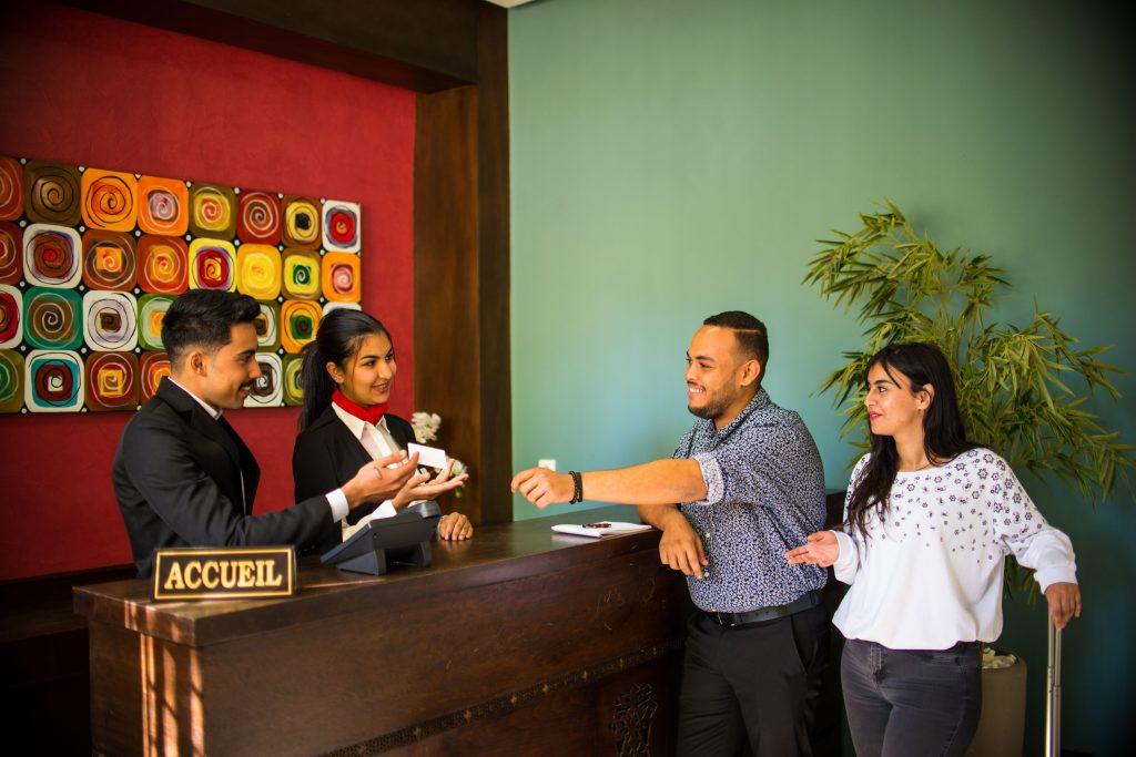 des lauréats de l'école supérieure d'hôtellerie et de tourisme intégrant différentes fonctions du secteur de tourisme en tant que Responsables des départements techniques d'une unité hôtelière ou touristique (hébergement, restauration...)
