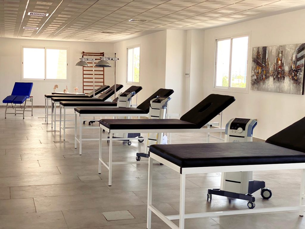matériel kiné : tables de massage, chaises de massage, matériel de rééducation.